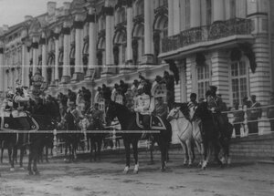 Император Николай II принимает рапорт вахмистра эскадрона его величества на параде полка.