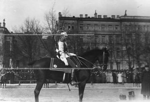 Конный офицер полка на Конногвардейском бульваре в строевой парадной форме.