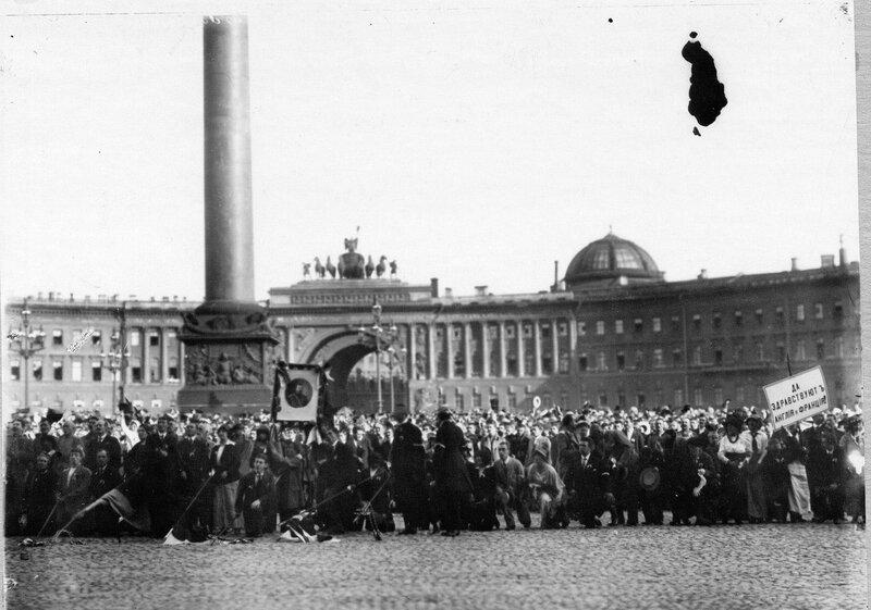 Толпа ликующих монархистов на Дворцовой площади напротив Зимнего дворца.