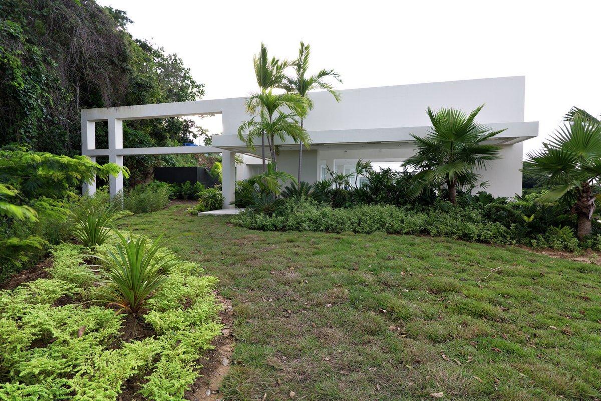 C.H. Rannacher, Cristobal Roig, дом на карибах, белый частный дом, частный дом белого цвета, особняк на берегу моря, резиденция на берегу моря