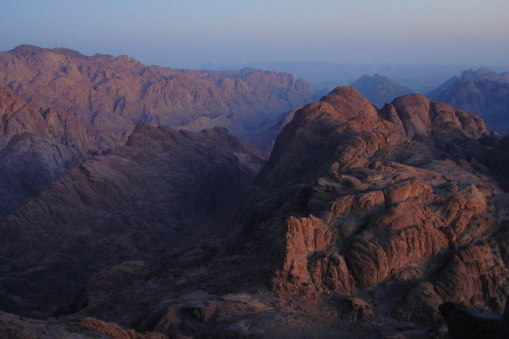 Фото 1. Отзыв об экскурсии. Восхождение на гору Моисея в Египте. Постепенно светало и мы увидели марсианские ландшафты