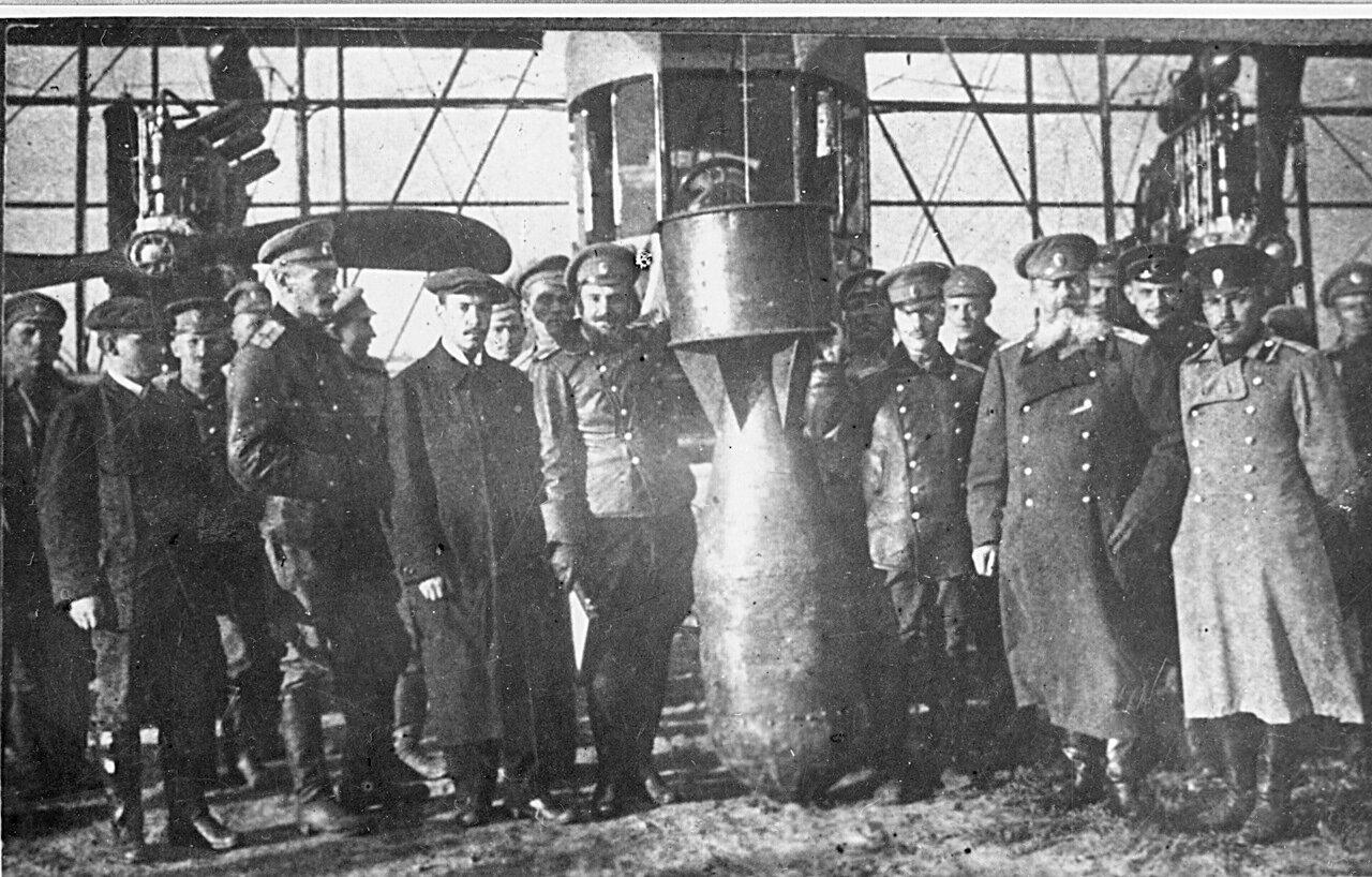 Сикорский, военный летчик Шидловский Михаил Фёдорович и другие с бомбочкой перед самолетом «Илья Муромец»