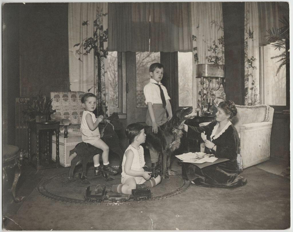1941. Эвелина  Майделл вырезает силуэты. Индианаполис