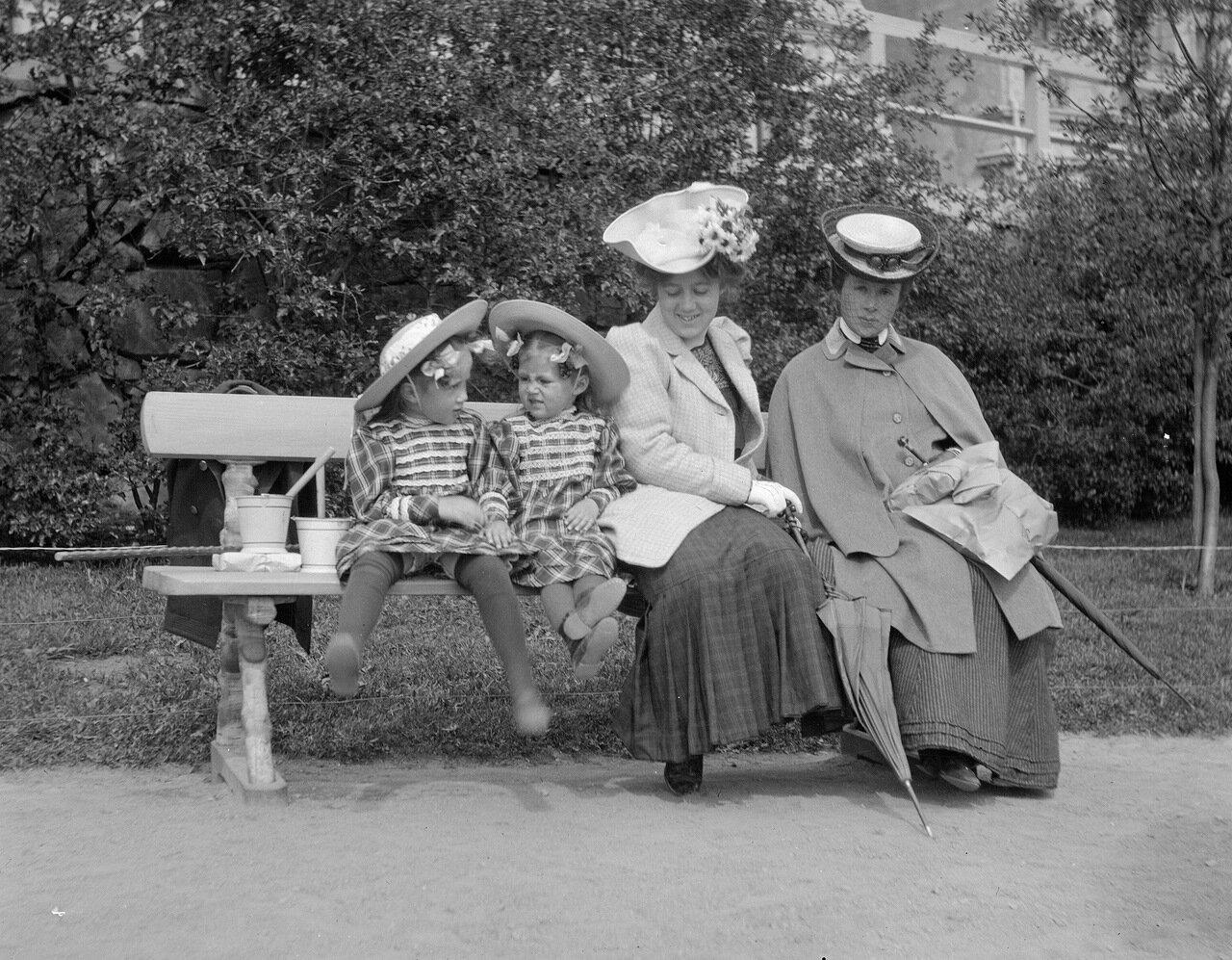 Женщины с детьми, 1906