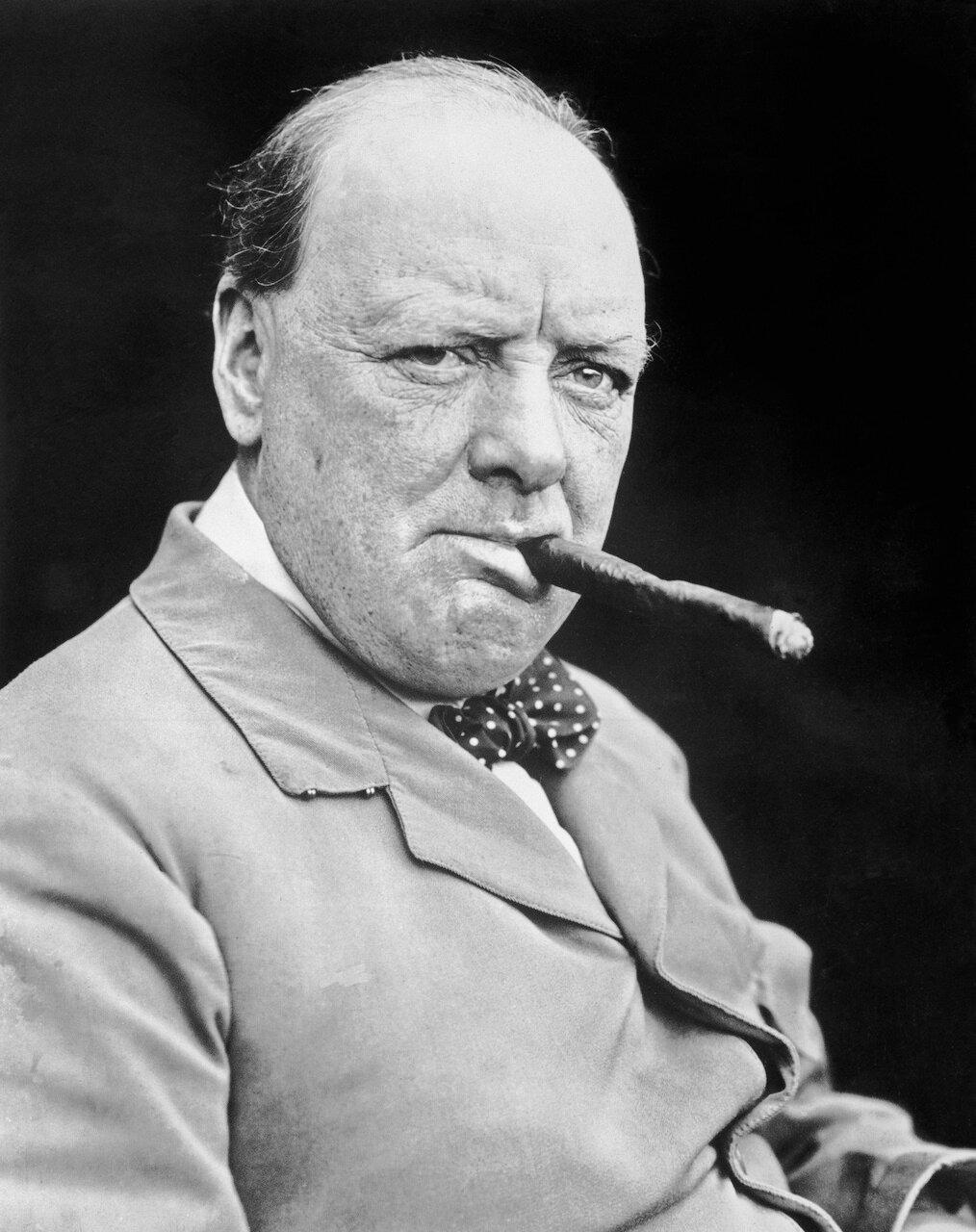 1929. Уинстон Черчилль, бывший канцлер казначейства в кабинете Болдуина, в отеле «Fairmont Banff Springs» города Банф в провинции Альберта во время путешествия по Канаде.  5 сентября.