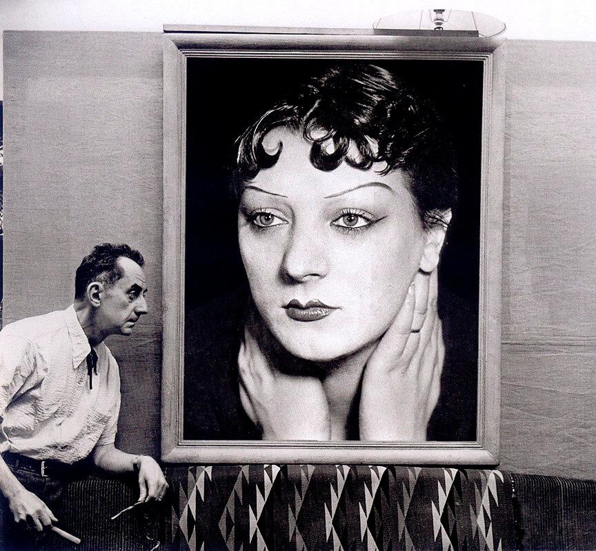 1954. Ман Рэй у одного из его портретов Кики с Монпарнаса,