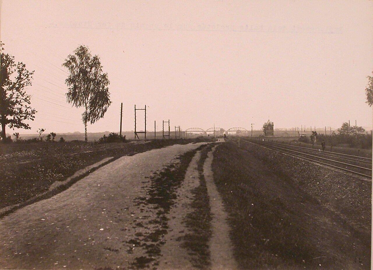 Вид местности у будущей остановки на Николаевской железной дороге (в центре - железнодорожный мост, справа - железнодорожные пути)