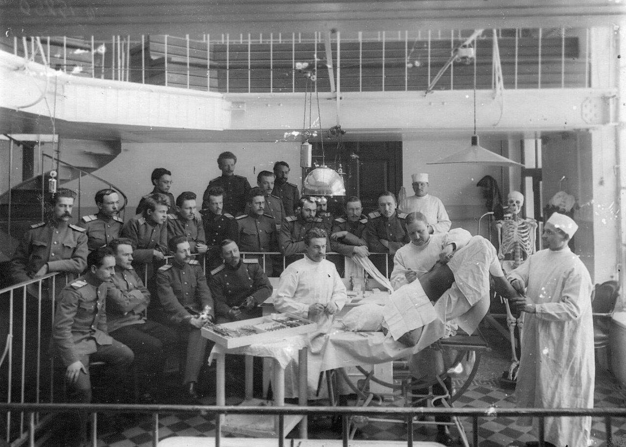 61. Группа слушателей академии на занятиях по анатомии