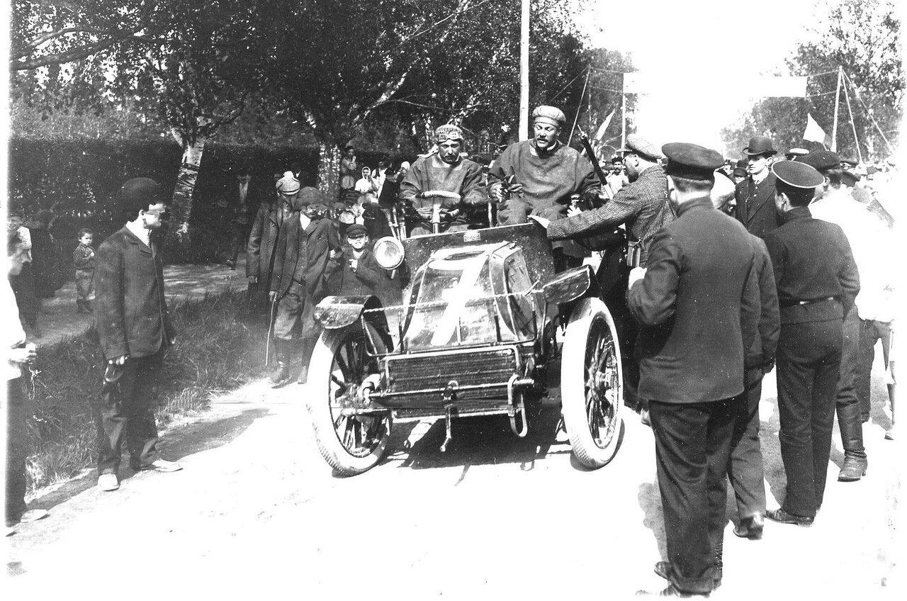 Автомобиль № 7 марки Шарон Лим (владелец - Шарон, водитель Шампуазо) у финиша пробега в Царском Селе