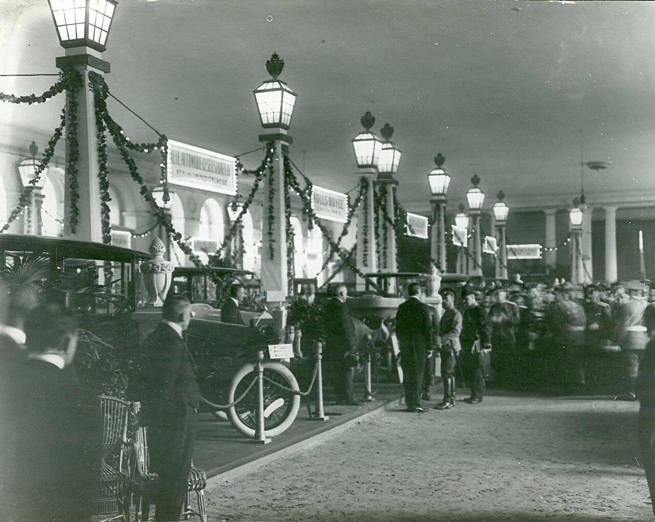 20. Группа участников открытия выставки в выставочном зале  в центре зала - император Николай II