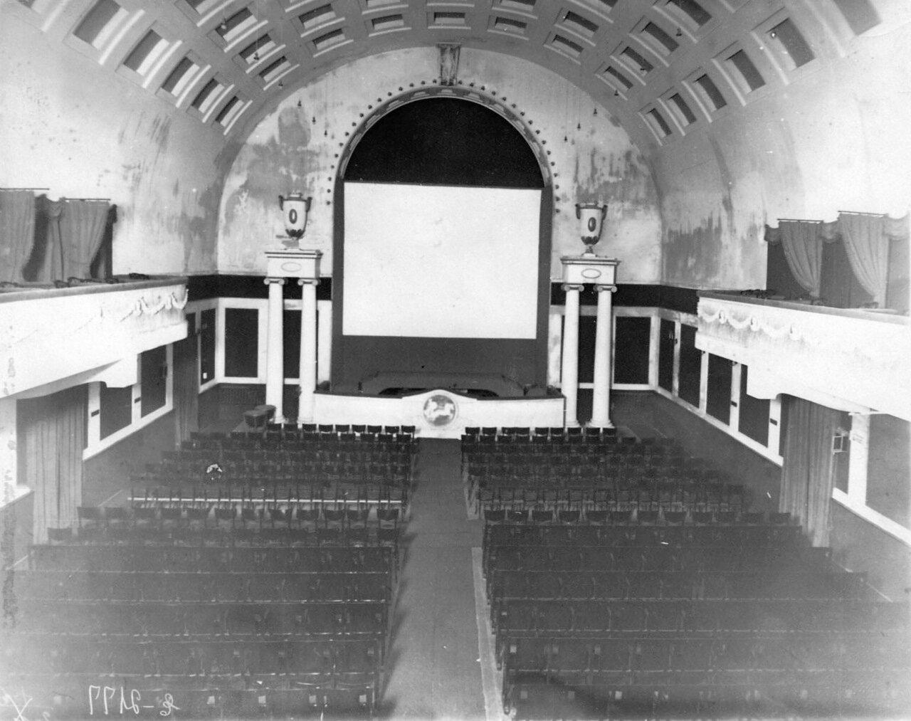 Кинотеатр «Форум» (Васильевский остров, 7-я линия, дом 34). 01. Зрительный зал кинотеатра, вид на экран