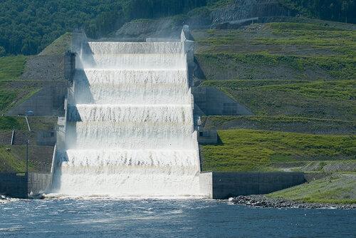 Береговой водосброс Саяно-Шушенской ГЭС (фото Ирины Якуниной)