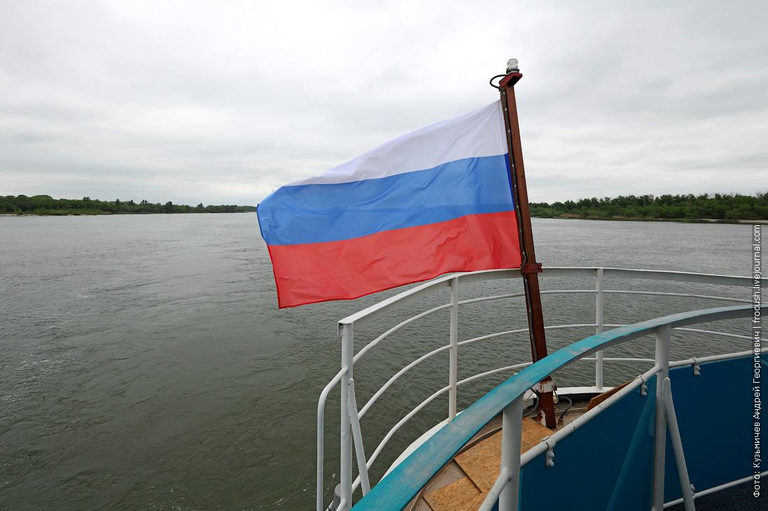 Флаг Российской Федерации на корме теплохода «Русь Великая»