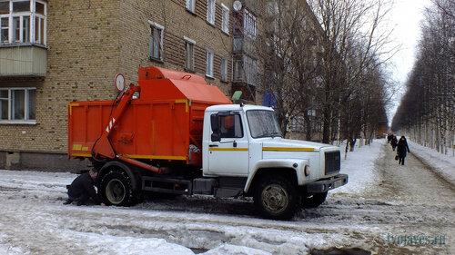 Фотография Инты №6534  Юго-западный угол Куратова 18 (частенько во дворах можно встретить застрявшие в рыхлом подтаевшем снеге автомобили, как, например, этот мусоровоз) 14.04.2014_12:17