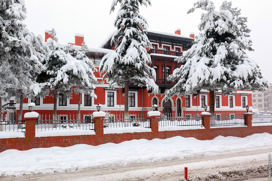 39. Парковка у вокзала. Не ожидаешь в 150 км от Аланьи (Анталия) увидеть столько снега.