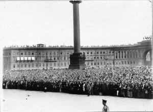 Толпы ликующих монархистов на Дворцовой площади во время чтения манифеста.