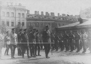 Командующий Петроградским военным округом генерал О.П.Васильковский с группой офицеров на параде запасного батальона полка.