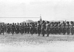 Император Николай II с высшим офицерским составом у штандарта казаков 1-ой Уральской его величества казачьей сотни во время парада полка .