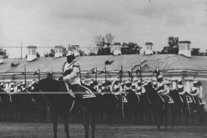 Командир полка генерал-майор  Я.Б. Преженцов перед строем полка на параде  в день празднования 200-летнего юбилея.