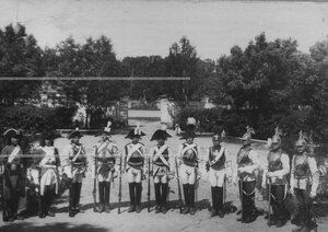Группа солдат в исторических мундирах  в день 200-летнего юбилея лейб-гвардии Кирасирского Его Величества полка.