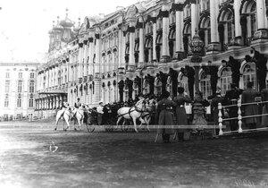 Прибытие в  Екатерининский  дворец после парада императрицы Александры Федоровны и наследника цесаревича Алексея Николаевича.