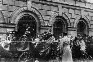 Император  Николай II  и великий князь Михаил Александрович  в царском экипаже у здания канцелярии полка.