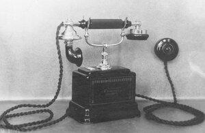 Внешний вид настольного телефонного аппарата с вызовом через микротелефонную трубку.