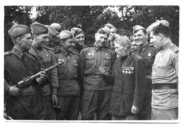 Георгиевский кавалер с солдатами.jpg