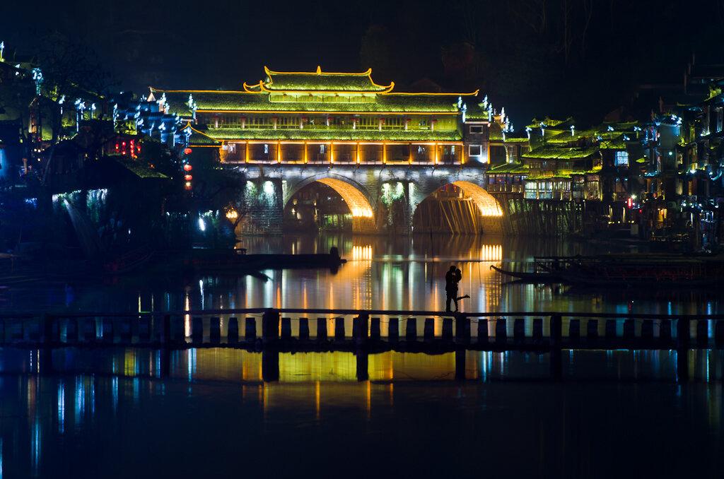 Мост Hong Bridge в старинном городе Фенхуан (Fenghuang, 凤凰). Фото снято 18 марта 2014 вечером. Снимал со штатива Sirui T-2204X на телеобъектив Nikkor 70-300mm f/4.5-5.6G IF-ED.