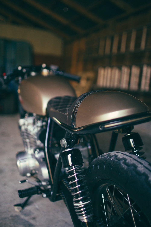 Кафе рейсер Honda CB550 - мотоцикл Карли Котмэн