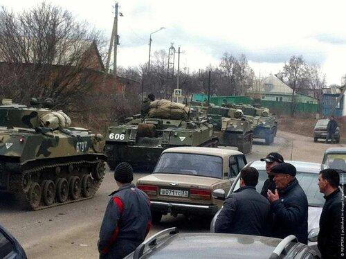 Колонна российской бронетехники проходит село Веселая Лопань в Белгородской области в 20 км от границы с Украиной