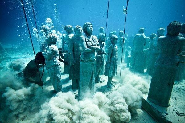 Фото из подводного музея скульптур Джейсона де Кайреса Тейлора. Мексика, Канкун.