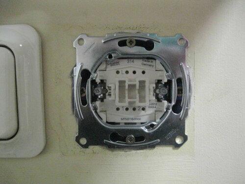 Фото 25. На стене отчётливо виден след от старого выключателя. Желательно добиться того, чтобы рамка нового переключателя закрыла его.