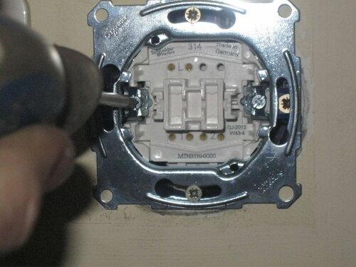 Фото 27. Затягивание винта монтажной лапки (слева). Крупный план.