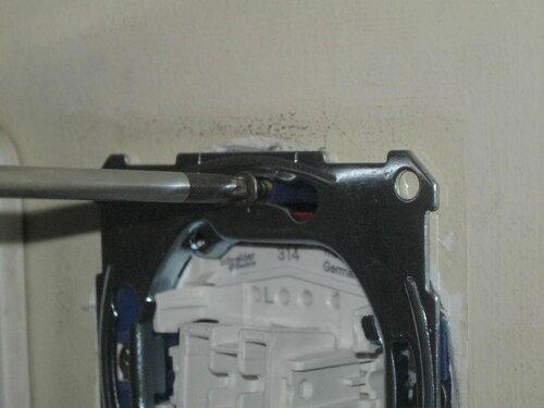 Фото 36. Ещё одна попытка затянуть верхний саморез установочной коробки. На этот раз благодаря установке уплотнителя суппорт был надёжно зафиксирован.