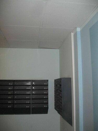 Фото 2. Современные строительные технологии, применяемые при отделке мест общего пользования, не так хороши, как может показаться на первый взгляд. Плитка потолка «Армстронг» выпирает вверх из-за перенапряжений конструкции.