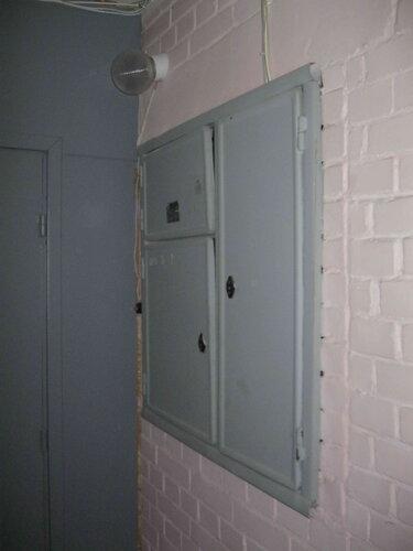 Фото 7. Этажный щит. Общий вид. Квартиру, где произошло отключение электроснабжения, от общего коридора отделяет фанерная перегородка.