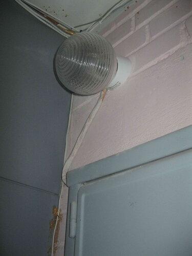 Фото 8. Светильник коммунального освещения над этажным щитом. Очевидно, что вопросы эстетики мало волновали монтажников - провод с кембриком выглядит безобразно.