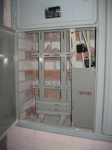 Фото 11. В нижней части левой половины этажного щита должны находиться шины, функцию которых в данном случае выполняют электротехнические сжимы.