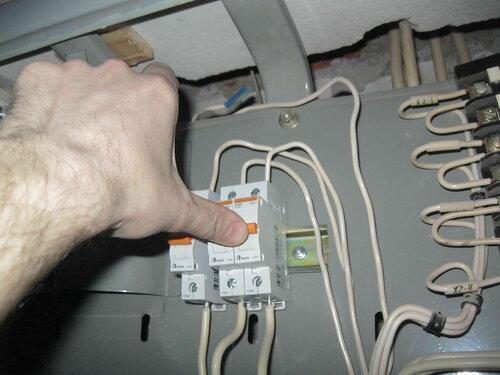 Фото 19. Электрик включил автомат. Повторного срабатывания не произошло, электроснабжение большей части квартиры восстановилось.