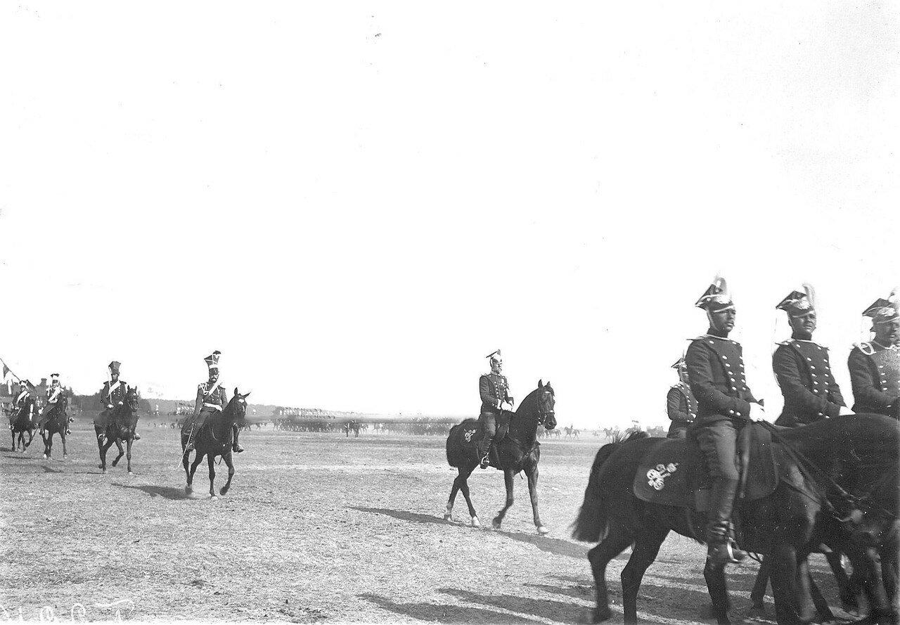 Конные уланы в своих исторических формах во время парада в день 250-летнего юбилея полка