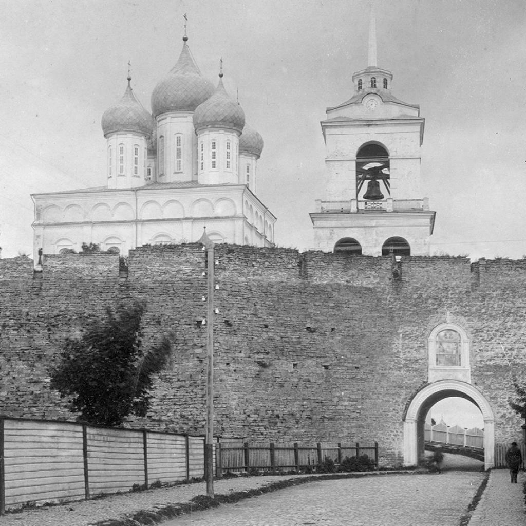 Южная стена Детинца и Великие или Темные ворота