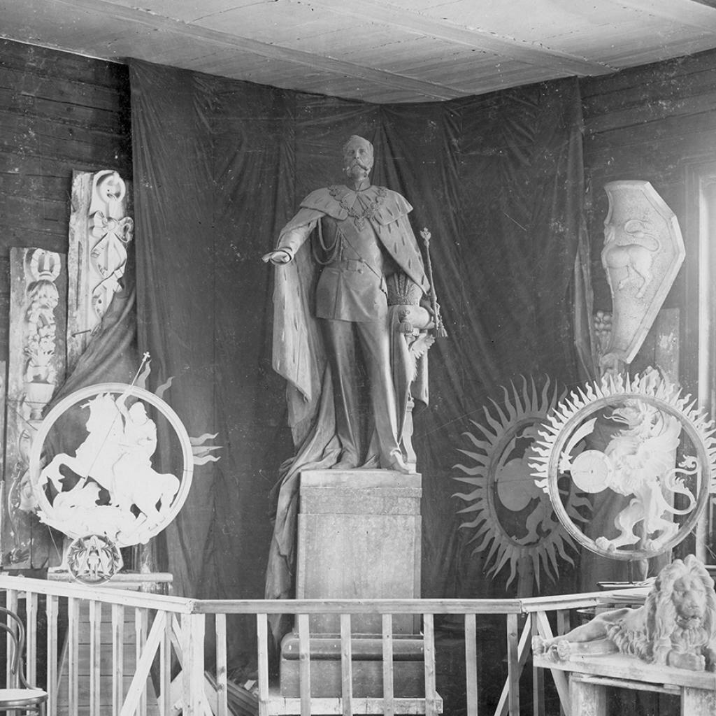 Кремль. Памятник императору Александру II во время строительства. 1898