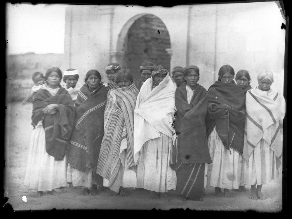 1891. Женщины возле церкви. Нарогачик