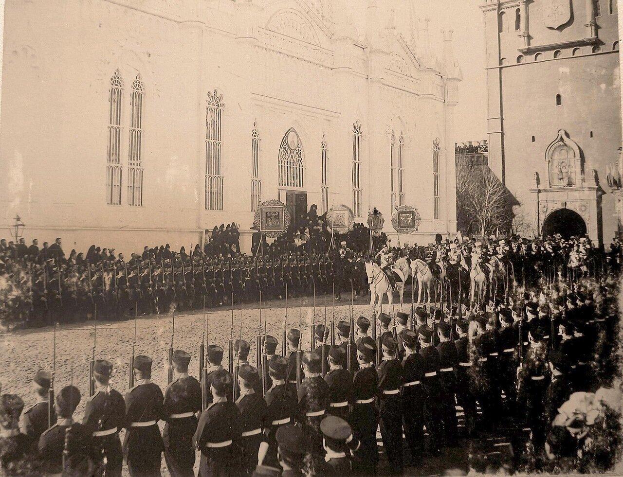 Император Николай II (впереди на белом коне) со свитой в Кремле у церкви Св.Екатерины Вознесенского монастыря в день торжественного въезда в Москву их императорских величеств; справа - часть Спасской башни