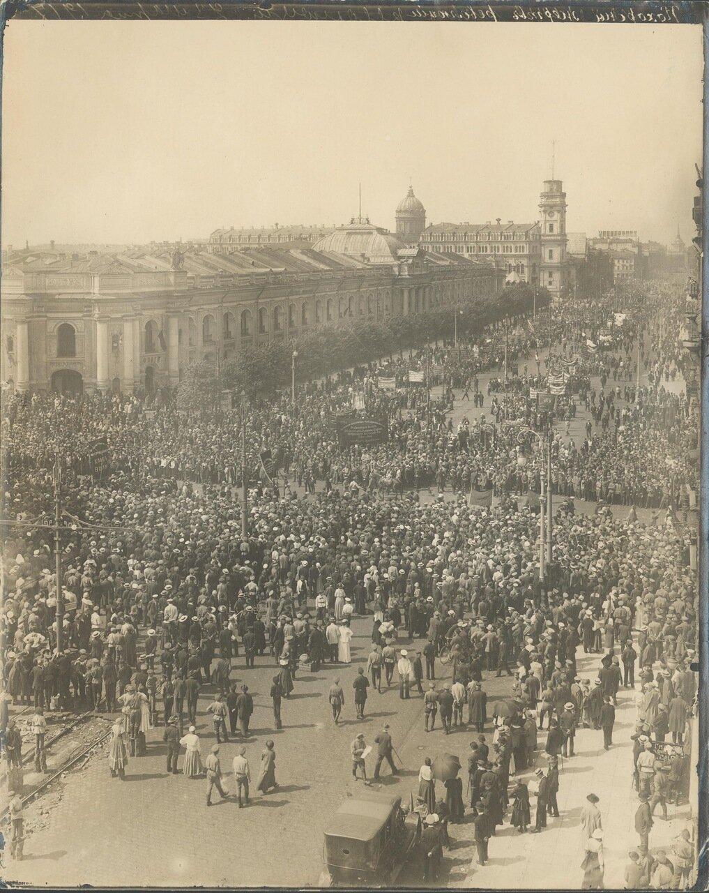 Мирная манифестация в Петрограде 18 июня 1917 г. Шествие рабочих делегаций по Невскому проспекту