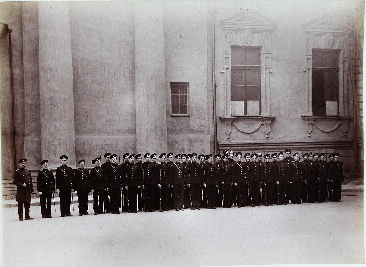 14. Группа пажей-пехотинцев - воспитанников корпуса - в строю