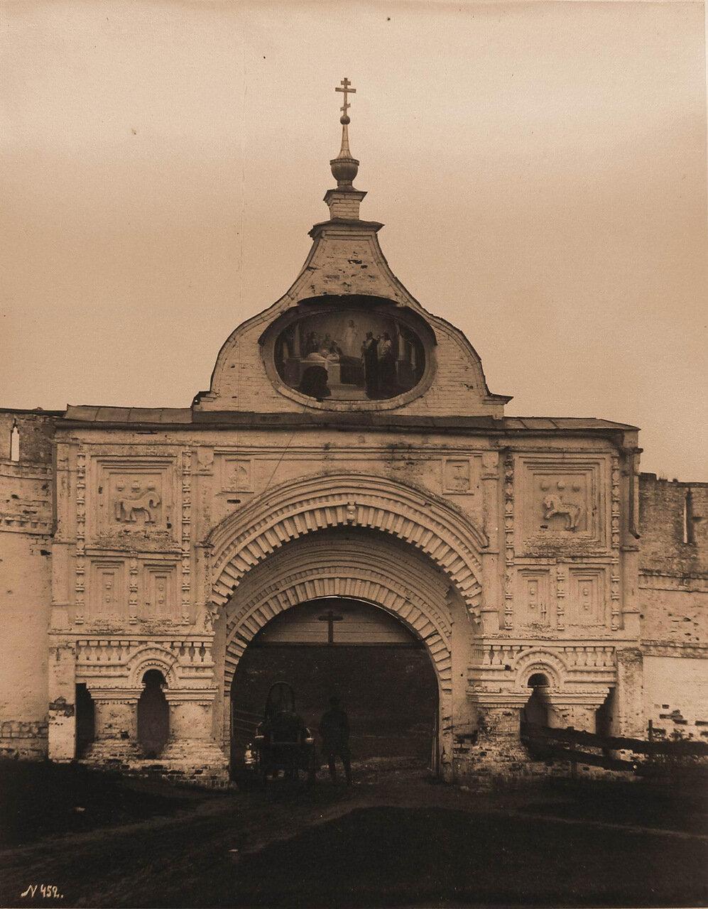 Вид на Святые врата бывшего Успенского Горицкого монастыря