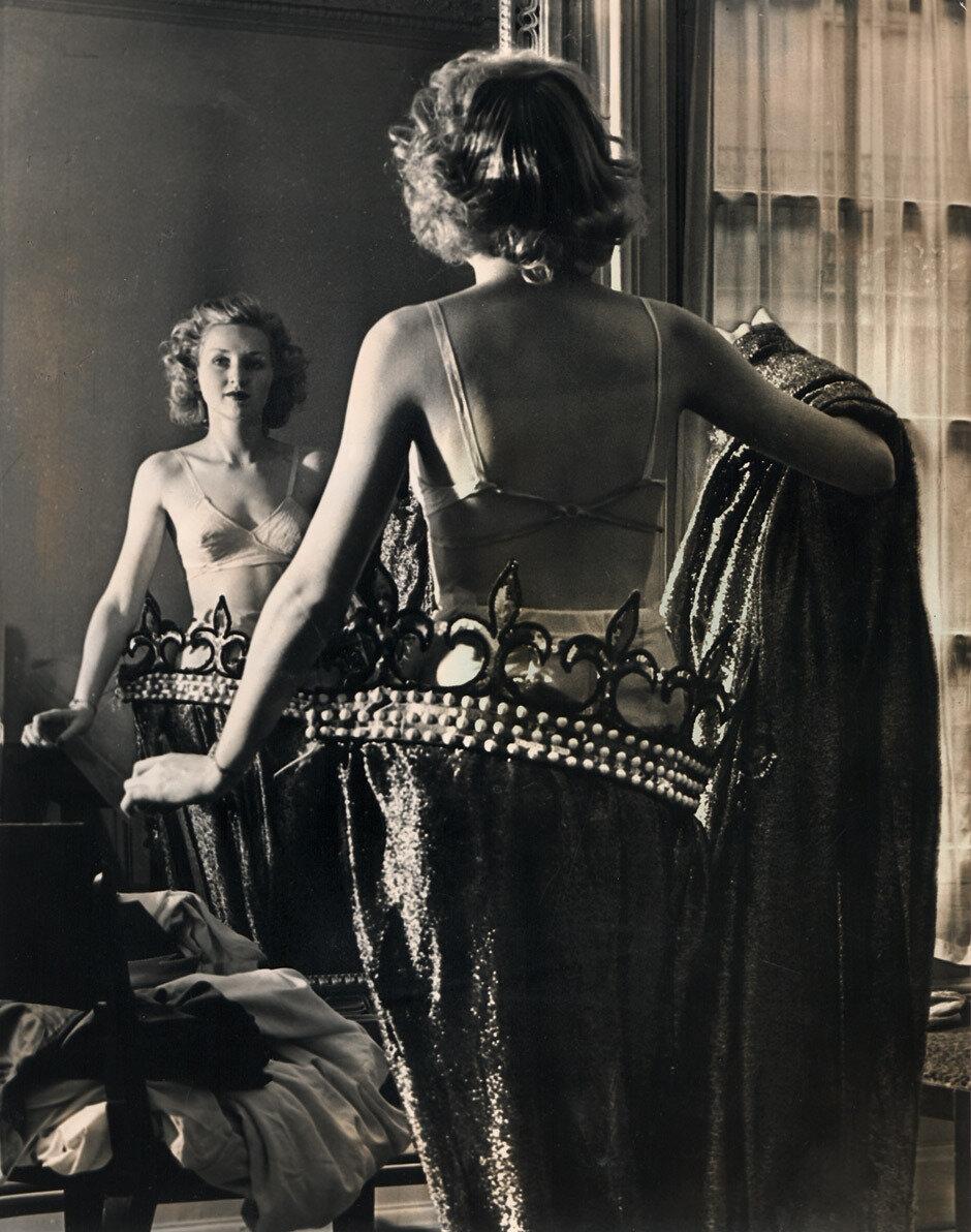 1930-е. Женщина одевается