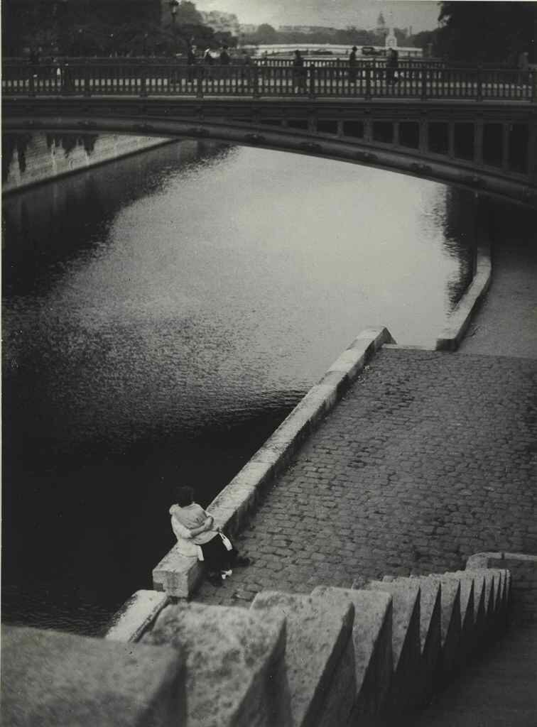 1935. Пара целуется под мостом Двойного Денье в Париже